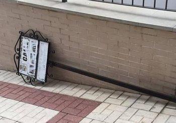 La placa de la calle en homenaje a la comunidad judía, derribada. / A.G.
